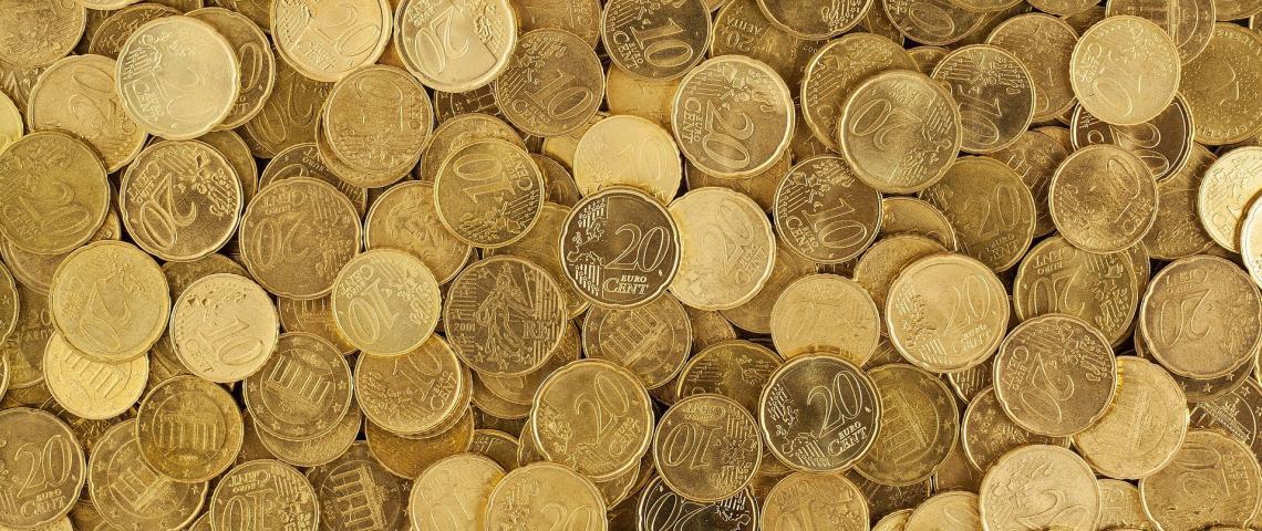 En hög med tjugo och tio cent.