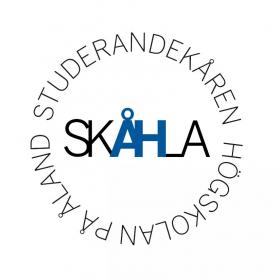 En logo med text Studerandekåren Skåhla på Högskolan på Åland.