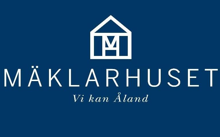Ett ritat hus på blå bakgrund. Text Mäklarhuset, vi kan Åland